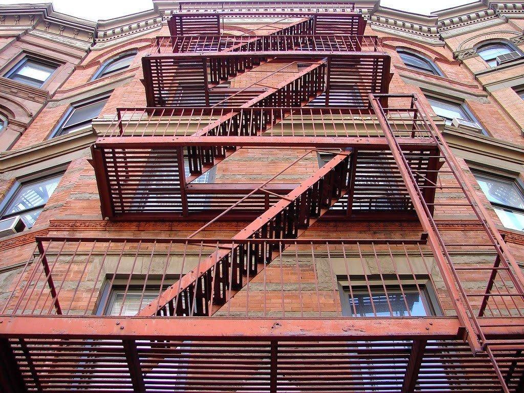 Пожарная лестница в многоэтажном доме
