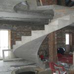Лестница на бетонном каркасе фото