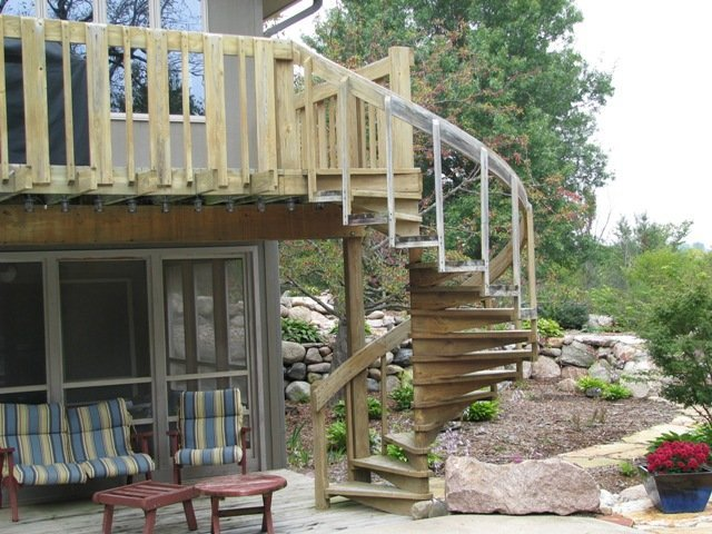 Уличная лестница из дерева
