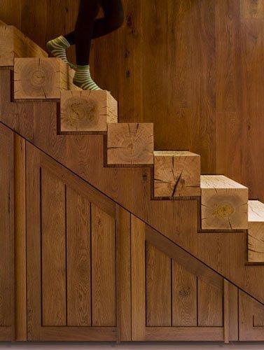 Лестница со ступенями из бревна