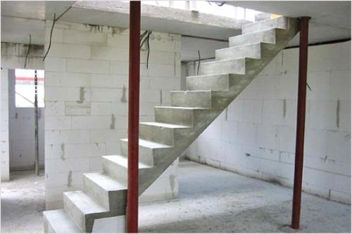 Прямая монолитная бетонная лестница фото