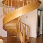Каркас для винтовой лестницы из дерева фото