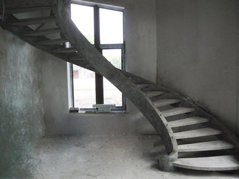 Винтовая бетонная лестница на тетиве фото