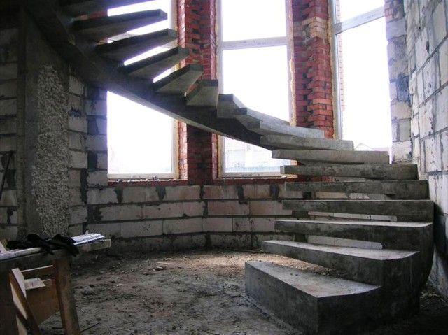 Круговая лестница на бетонном косоуре фото