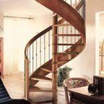 Лестница на винтовом косоуре фото