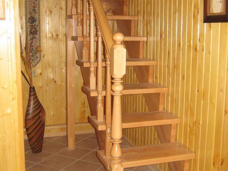 Лестница на деревянном косоуре фото