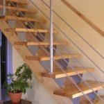 Деревянная лестница на прямом косоуре фото