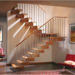 Двухмаршевая лестница на центральном косоуре из дерева фото