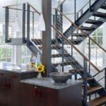 Лестница на металлических косоурах фото
