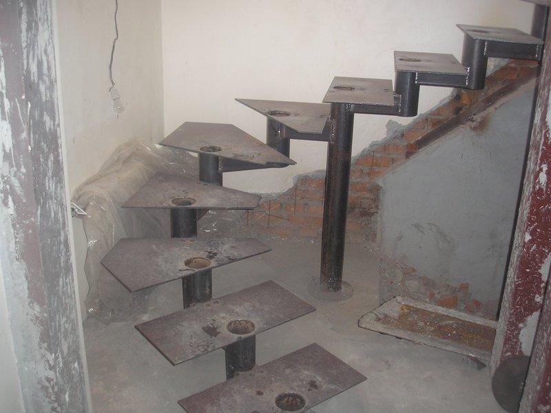 Металличкеский каркас для винтовой лестницы фото