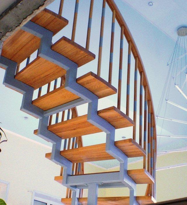 Ломанный металлический косоур лестницы