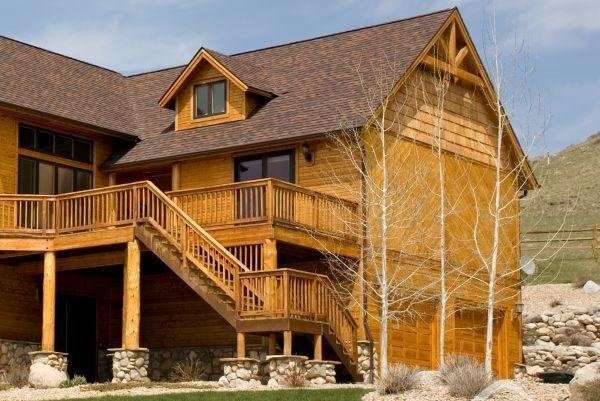 Наружная деревянная лестница на второй этаж дома с улицы