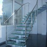 Стеклянная лестница на металлическом косоуре фото