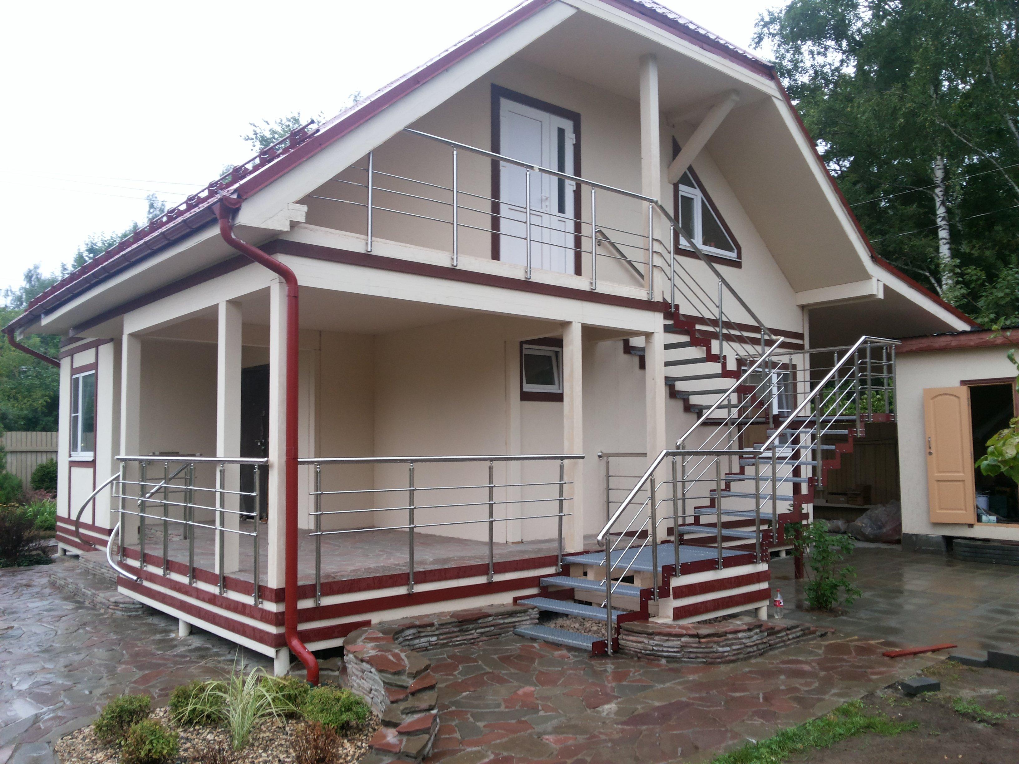 Дом с лестницей, ведущей на второй этаж