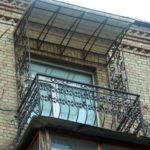 Козырек из сотового поликарбоната над балконом фото