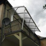 Поликарбонатный козырек над балконом