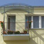 Прозрачный козырек над балконом из поликарбоната фото