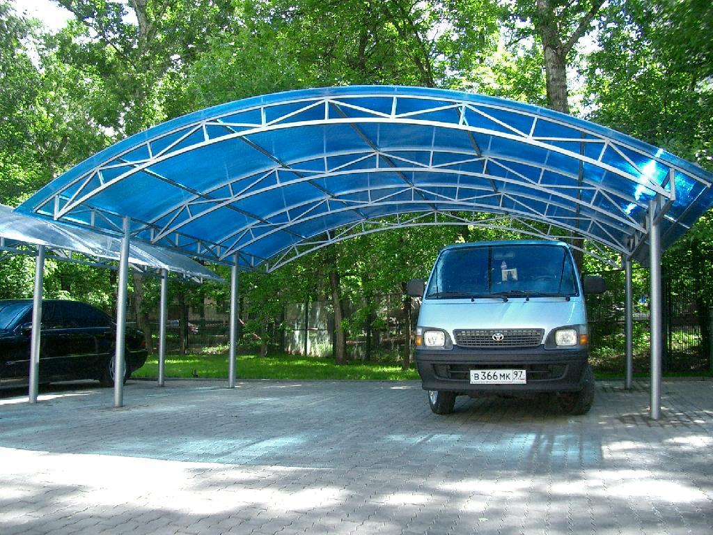 Полукруглый навес из поликарбоната для парковки автомобилей