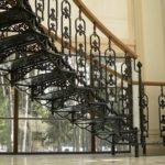 Лестница с чугунными перилами и ступенями