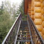 Металлическая наружная лестница на второй этаж с улицы