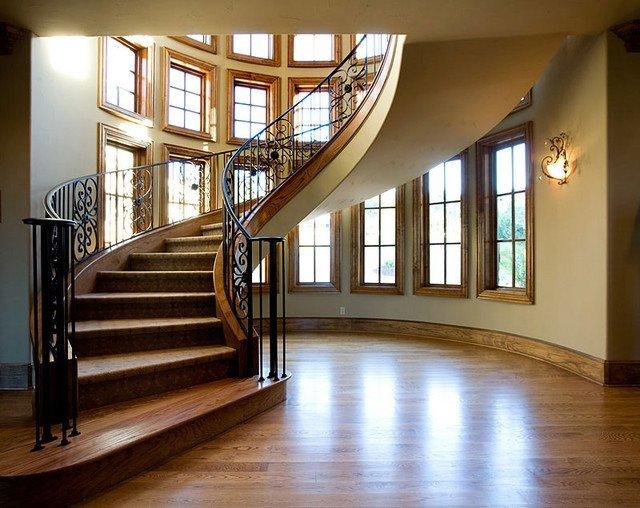 Винтовая лестница с коваными ограждениями