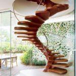 Деревянная винтовая лестница на одном косоуре