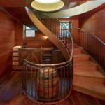 Деревянная винтовая лестница в подвал