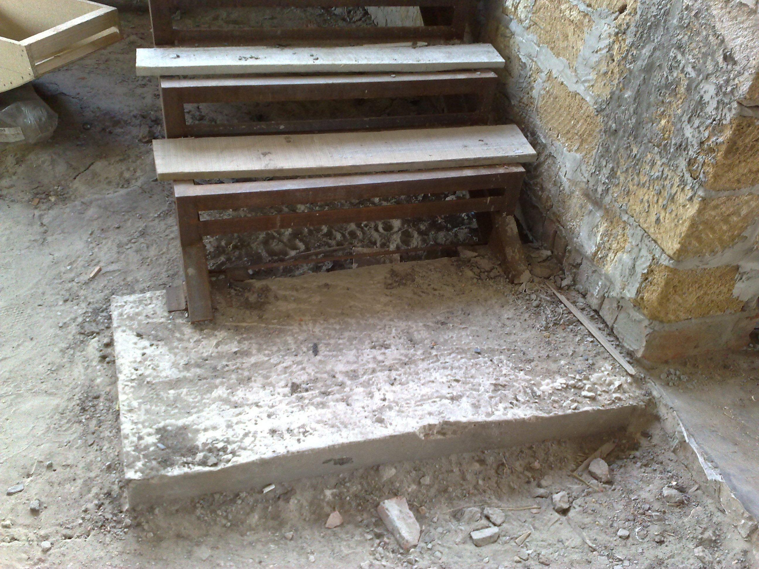 Фундамент для металлической лестницы в подвал