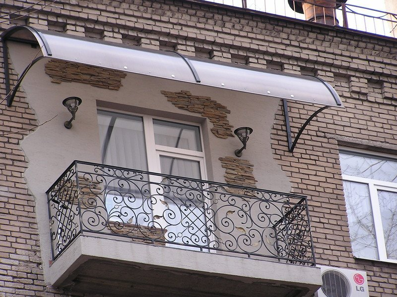 Козырек из поликарбоната над балконом