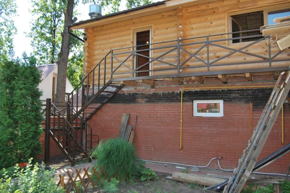 Металлическая наружная лестница своими руками на второй этаж дома