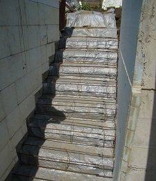 Наружная лестница в подвал с улицы из бетона