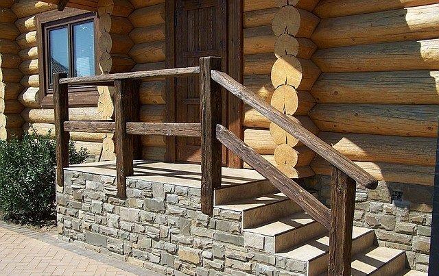 Перила на входе в дом из дерева