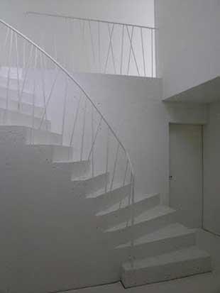 Покрасить лестницу из бетона