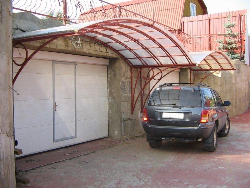 Навес перед гаражом из поликарбоната