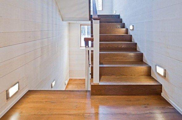 Освещение лестницы в коттедже фото
