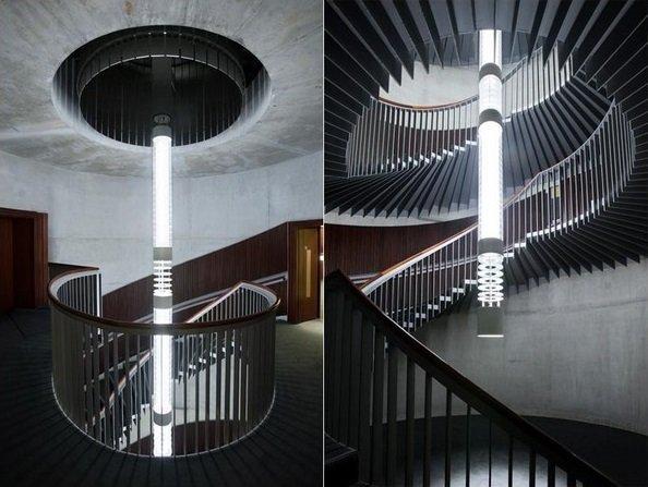 Освещение винтовой лестницы на второй этаж фото