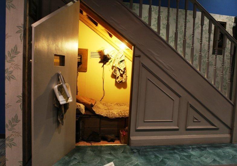 Маленький чулан под лестницей фото