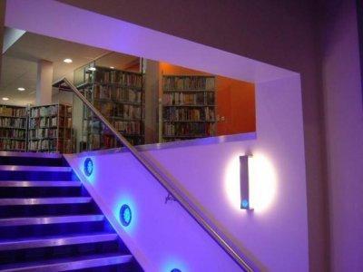 Декоративная точечная подсветка лестницы на второй этаж