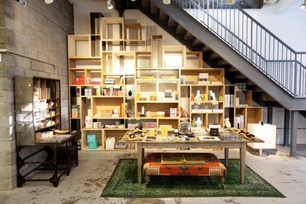 Деревянный стеллаж под лестницей фото
