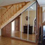 Дизайн шкафа под лестницей фото