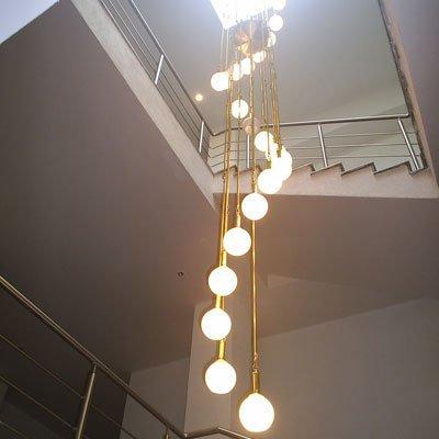 Длинная люстра для лестницы фото
