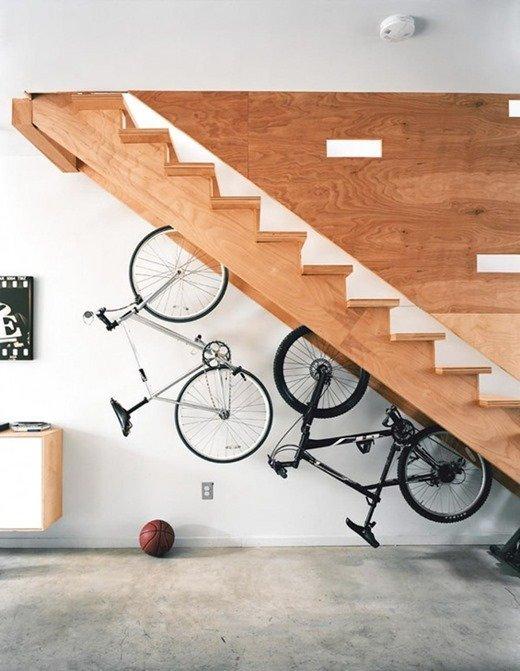 Гараж под лестницей в доме фото