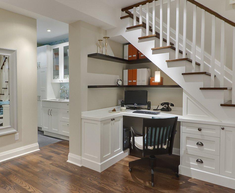Кабинет под угловой лестницей фото