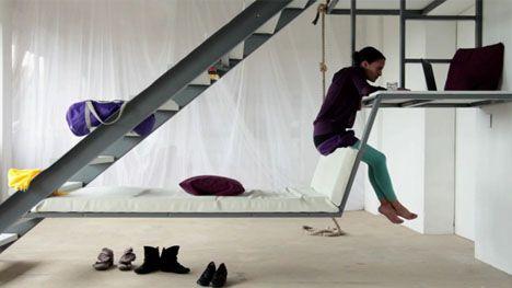 Подвесная кровать под металлической лестницей