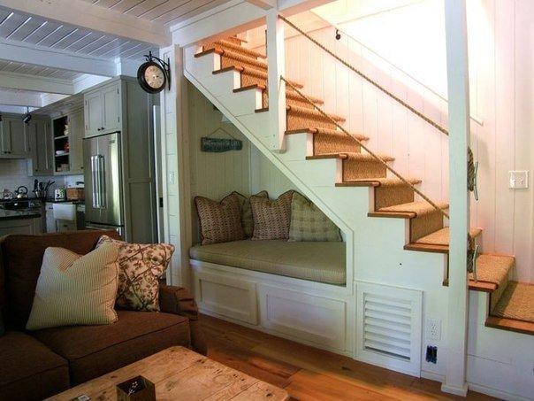 Пространство под лестницей - фото дивана