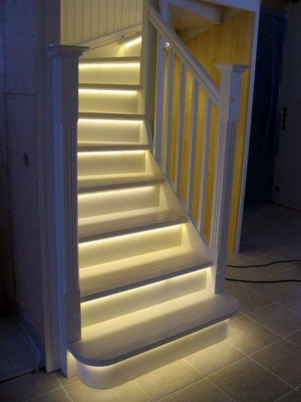 Автоматическая подсветка ступеней лестницы светодиодной лентой фото