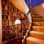Бибилиотека под винтовой лестницей