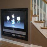 Телевизор под лестницей фото