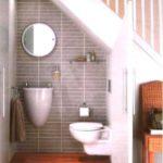 Использование подлестничного пространства - туалет под лестницей
