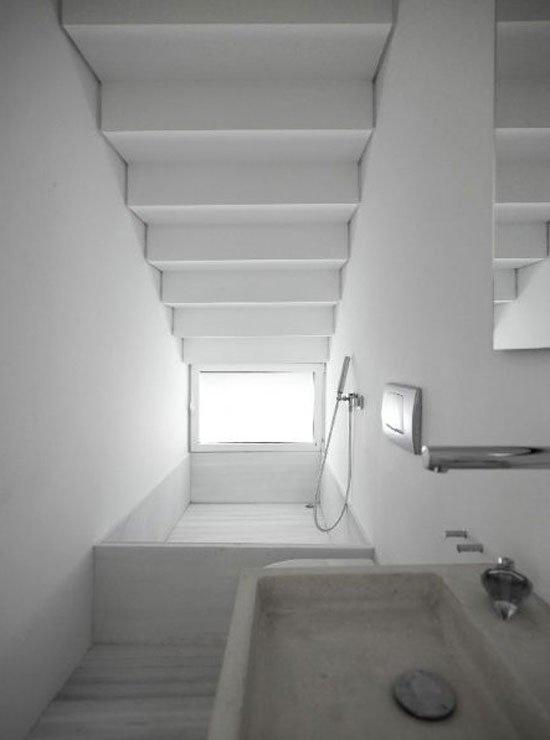 Ванна под лестницей фото